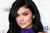 La pequeña Stormi casi deja en topless a Kylie Jenner en una alfombra roja (fotos)