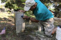 Cartero de Florida usa sus días libres para limpias las lápidas de los veteranos