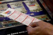 Paciente con cáncer recibe jugoso premio de la lotería rumbo a su último tratamiento de quimioterapia