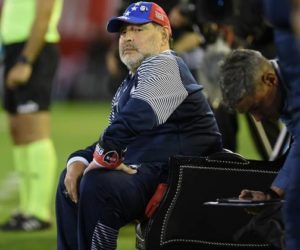 La «misteriosa sustancia» que recibió Maradona en pleno partido (video)