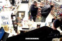 Intentó comprar con una tarjeta robada pero tenía un policía detrás de él (VIDEO)