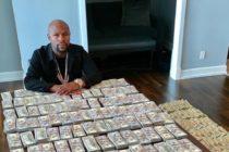 Floyd Mayweather mostró 'su Independencia' al fotografiarse junto a millones de $