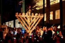Comunidad judía enciende Menorah un día después del apuñalamiento