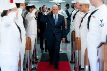 Mike Pence inspeccionó el barco naval que se dirige a América Latina para brindar ayuda a venezolanos