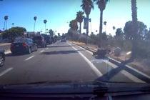 ¡El Karma existe! Vea lo que le sucedió a un motociclista tras patear el retrovisor de un carro