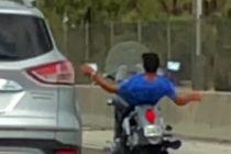Motociclista captado en video mientras hace acrobacias en autopista de Florida
