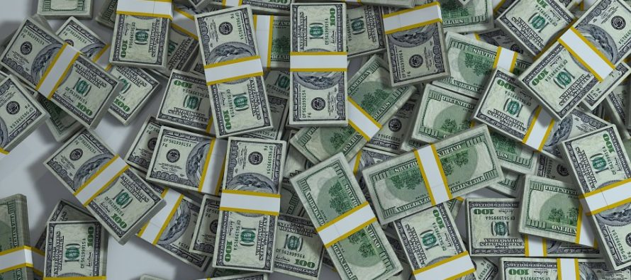 Una pareja recibió $120.000 del banco por equivocación, lo usaron y terminaron en la cárcel por robo