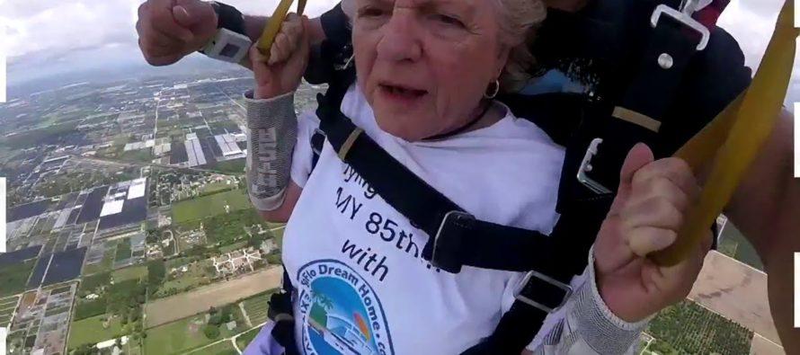 ¡Increíble! Abuela celebra 85 años lanzándose en paracaídas