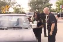 La policía de Miami Gardens sorprendió a los conductores al regalarles pavos