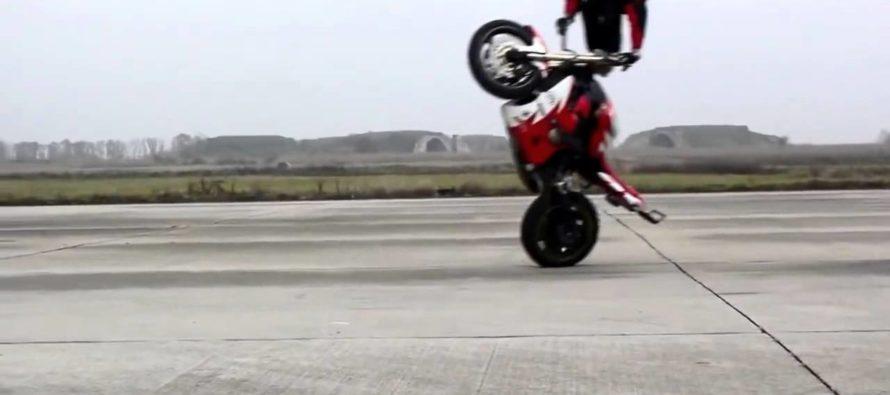 Detienen motociclistas acróbatas que ponen en peligro a conductores en Miami