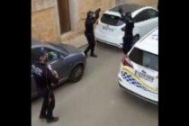 ¡Conmovedor! Policías españoles cantan a vecinos en cuarentena (VIDEO)