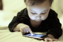 OMS recomienda restringir el uso de pantallas digitales a niños menores