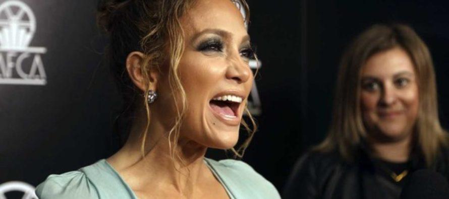 Jennifer Lopez  presume encuentro con Pedro Almodóvar con un look muy atrevido  (FOTOS)