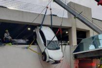 SUV queda colgando con la conductora atrapada