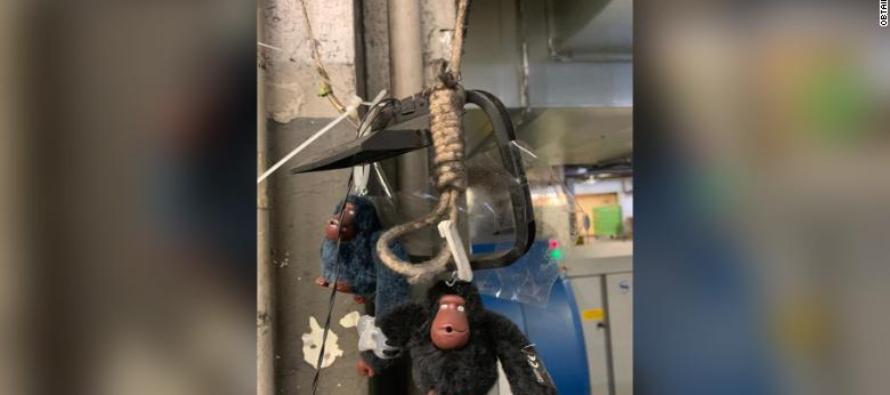 Empleados del aeropuerto de Miami colgaron a un gorila de juguete como exhibición racista
