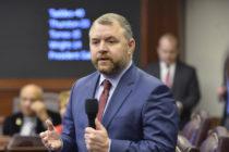 Legislación de Florida que elimina programa de bonos para maestros, lo reemplaza por aumentos salariales