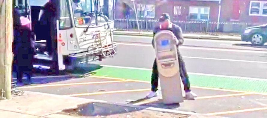 Filmado malhechor que intentó robar cajero automático a cuestas