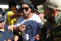 La leyenda del fútbol brasileño Ronaldinho detenido en Paraguay por pasaporte falso