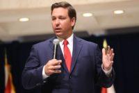 Gobernador de Florida firma nuevas leyes sobre opioides, jardinería y carreras callejeras