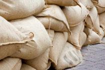 Dos arrestados por robar sacos de arena antes de la llegada del huracán Dorian