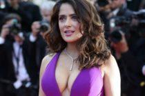 ¡Ardiente! Salma Hayek mostró sus gigantes pechos en la orilla de la playa