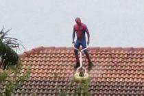 ¡Increíble! Spiderman sin protección limpia tejados en Miramar (Vídeo)