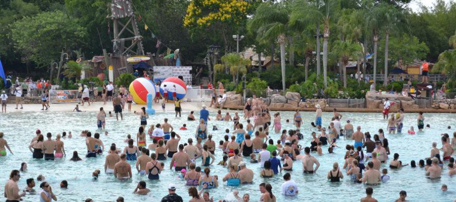 Disney rompe récord, impartió la lección de natación más grande del mundo