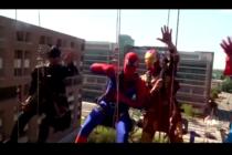Niños reciben a sus superhéroes favoritos gracias a la noble iniciativa de limpiadores de ventanas