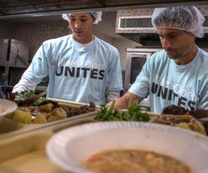 Tenistas del Miami Open participan en jornada solidaria de repartición de alimentos