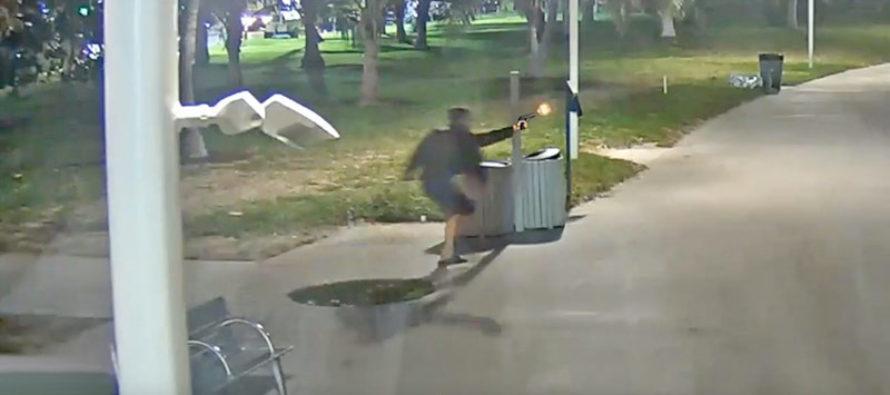 Capturan en video a hombre disparando en plena vía pública