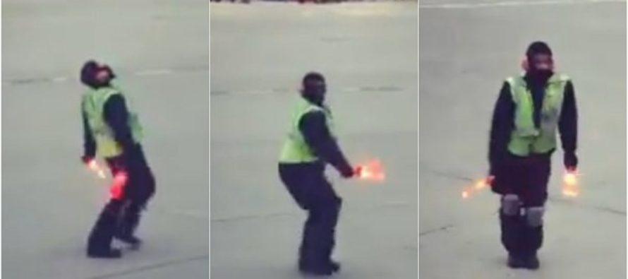Conozca el video viral y la razón del desenfrenado baile de un empleado en una pista de aterrizaje (Video)