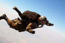 Tres militares heridos en accidente de paracaídas en Florida