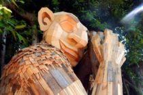Artista del Miami Art Week creó dos troles de 9 metros contra la basura humana