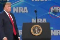 Lanzan celular a Trump antes de iniciar su discurso ante la NRA