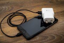 Niño recibió descargas eléctricas tras jugar con su móvil conectado a un enchufe en China