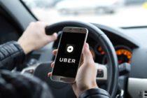 Mujer arrestada por golpear salvajemente a conductor de Uber