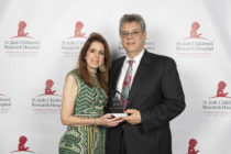 Julio C. Barrionuevo recibe el Lifetime Achievement Award por su servicio voluntario para el St. Jude Children's Research Hospital