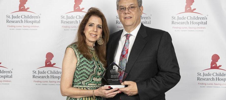 Julio C. Barrionuevo recibe el Lifetime Achievement Award por su servicio voluntario para el St. Jude Children's Research Hospital