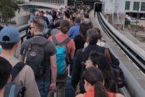 Falla mecánica en los tranvías del Aeropuerto Internacional de Orlando obligó a los pasajeros a caminar (fotos)