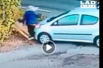 No se pierda el «autoatropello» de una mujer con su propio carro tras descuidar el freno de mano (+Video)